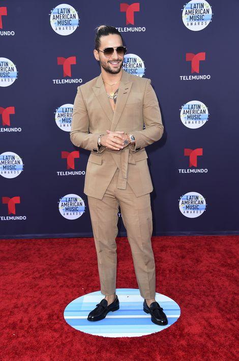 Maluma estuvo entre los más aplaudidos de la alfombra roja por su estilo moderno, compuesto de chaqueta cruzada y amarrada con pantalón en tono camel. (Foto: AP)