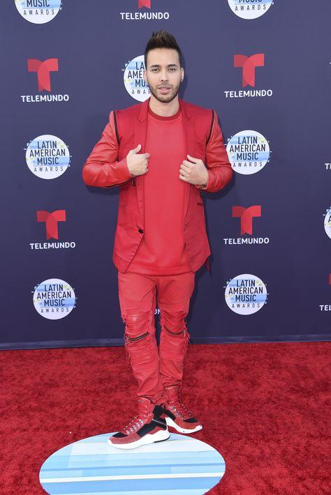 Prince Royce lució un ajuar monocromático rojo con un estilo muy urbano. (Foto: AP)
