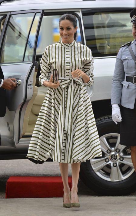 En su visita al Fa'onelua Convention Centre, en Tongan, vistió un traje camisero en tonos verde y blanco de la línea del diseñador australiano, Martin Grant. (AP)