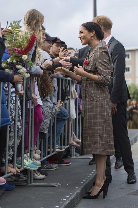 En su llegada a la ciudad de Wellington en Nueva Zelanda, Meghan escogió un abrigo de cuadros pequeños, muy de moda esta temporada. La pieza llamó la atención por tratarse de un modelo de la línea ASOS cuyo valor es de $56. (AP)