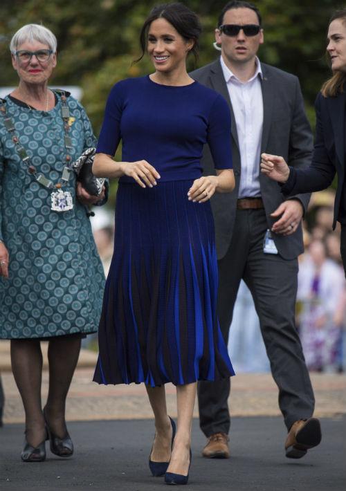 """La duquesa de Sussex durante una caminata en Rotorua, Nueva Zelanda, en su último día de """"tour"""" por Oceanía. Esta vez luce un conjunto de suéter y falda azul marino de la casa de moda Givenchy. (AP)"""