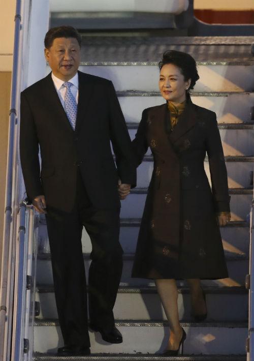 El presidente de China Xi Jinping y la primera dama Peng Liyuan llegan al aeropuerto internacional ministro Pistarini en Buenos Aires, Argentina. (Foto: AP)
