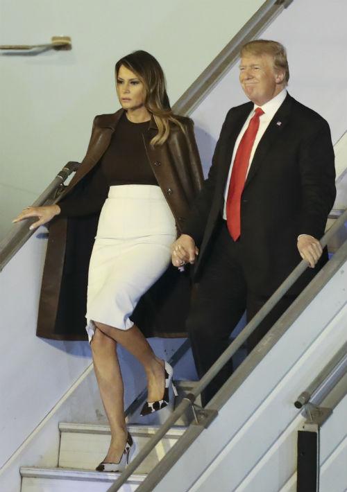 El presidente Donald Trump y la primera dama Melania Trump caminan desde Air Force One a su llegada al aeropuerto internacional ministro Pistarini en Buenos Aires, Argentina. (Foto: AP)