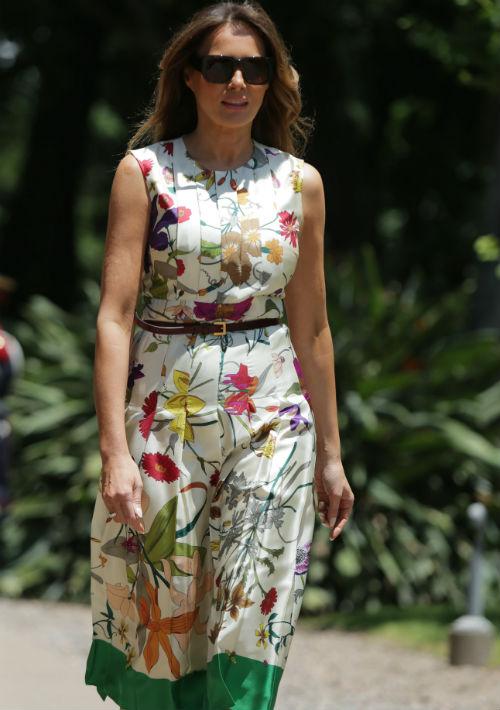 Para la visita al centro cultural Villa Ocampo en Buenos Aires, Melania Trump seleccionó un vestido sin magas en estampado floral de la casa de moda Gucci. (Foto: AP)