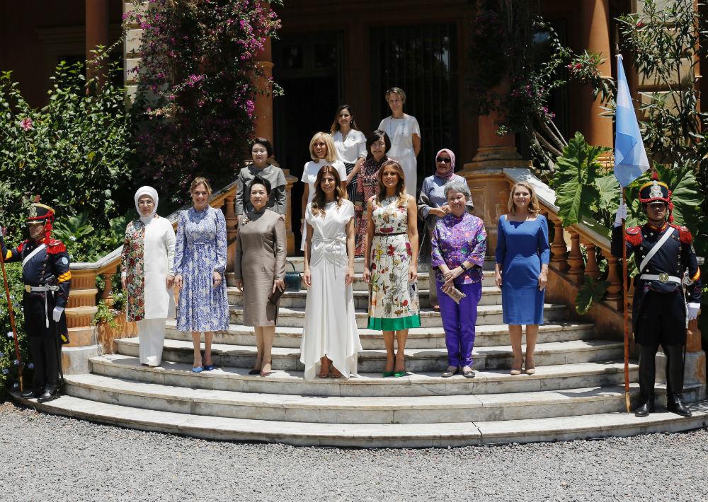 La primera dama de Estados Unidos, Melania Trump, la tercera al frente desde la derecha, y la primera dama de Argentina, Juliana Awada, la cuarta al frente desde la derecha, posan en el centro cultural Villa Ocampo en Buenos Aires con otras esposas de líderes participantes en G20. (Foto: AP)