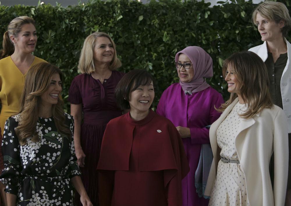 La primera dama canadiense, Sophie Gregoireb, atrás a la izquierda, seguida por Malgorzata Tusk, esposa del presidente del Consejo Europeo; Mufidah Kalla, esposa del vicepresidente de Indonesia; la primera dama de Argentina, Juliana Awada; la primera dama de Japón Akie Abe; y la primera dama de Estados Unidos, Melania Trump. (Foto: AP)