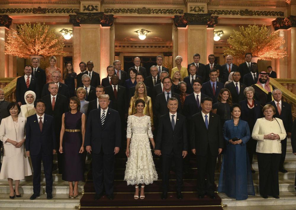 El grupo de hombre y mujeres de estado junto a sus parejas posa antes de celebrarse la cena-gala del sábado en la noche en el Teatro Colón, en Buenos Aires, Argentina. (Foto: AP)
