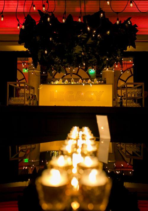 El Patio del Fauno, salón principal de la hospedería, se vistió de cientos de luces y velas que parecían estar suspendidas sobre un canvas negro. La ambientación estuvo a cargo de Julio Cintrón y Emilio Olabarrieta. (Foto: Xavier García)