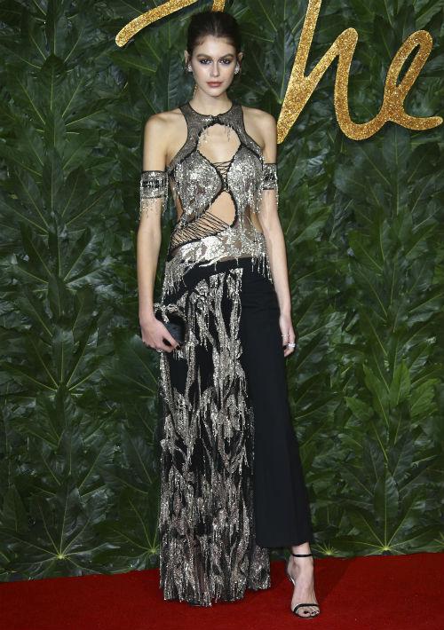 Kaia Gerber, premiada como modelo del año, llevó un vestido de Alexander McQueen. (Foto: AP)
