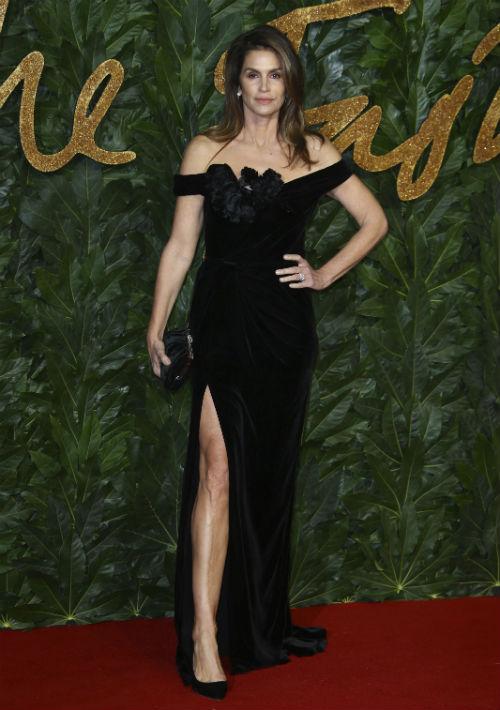Cindy Crawford estuvo muy elegante con un vestido negro de Marchesa. (Foto: AP)