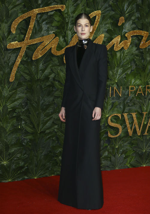 Rosamund Pike viste conjunto de Givenchy Alta Costura. (Foto: AP)