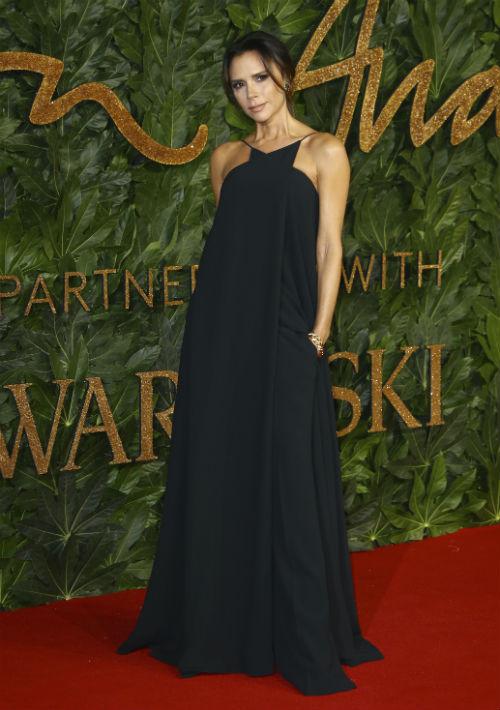 Victoria Beckham modeló uno de sus diseños. (Foto: AP)