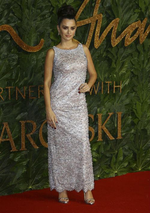 La actriz Penélope Cruz optó por un vestido en pedrería de la firma Chanel.  (Foto: AP)