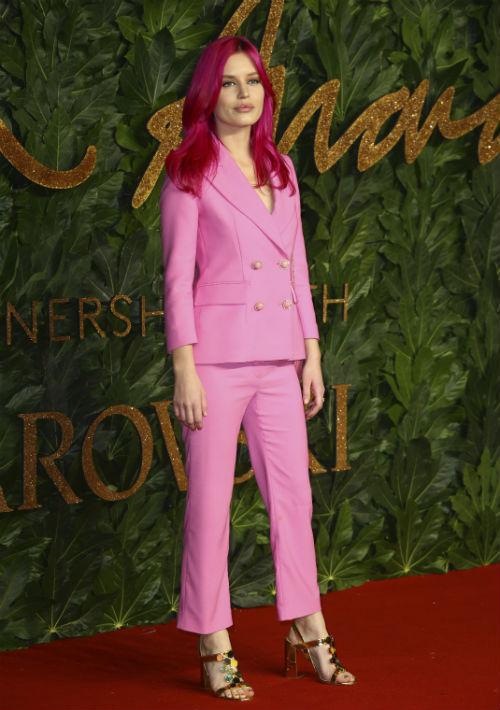 """La modelo Georgia May Jagger llevó """"suit"""" rosa de Mulberry. (Foto: AP)"""