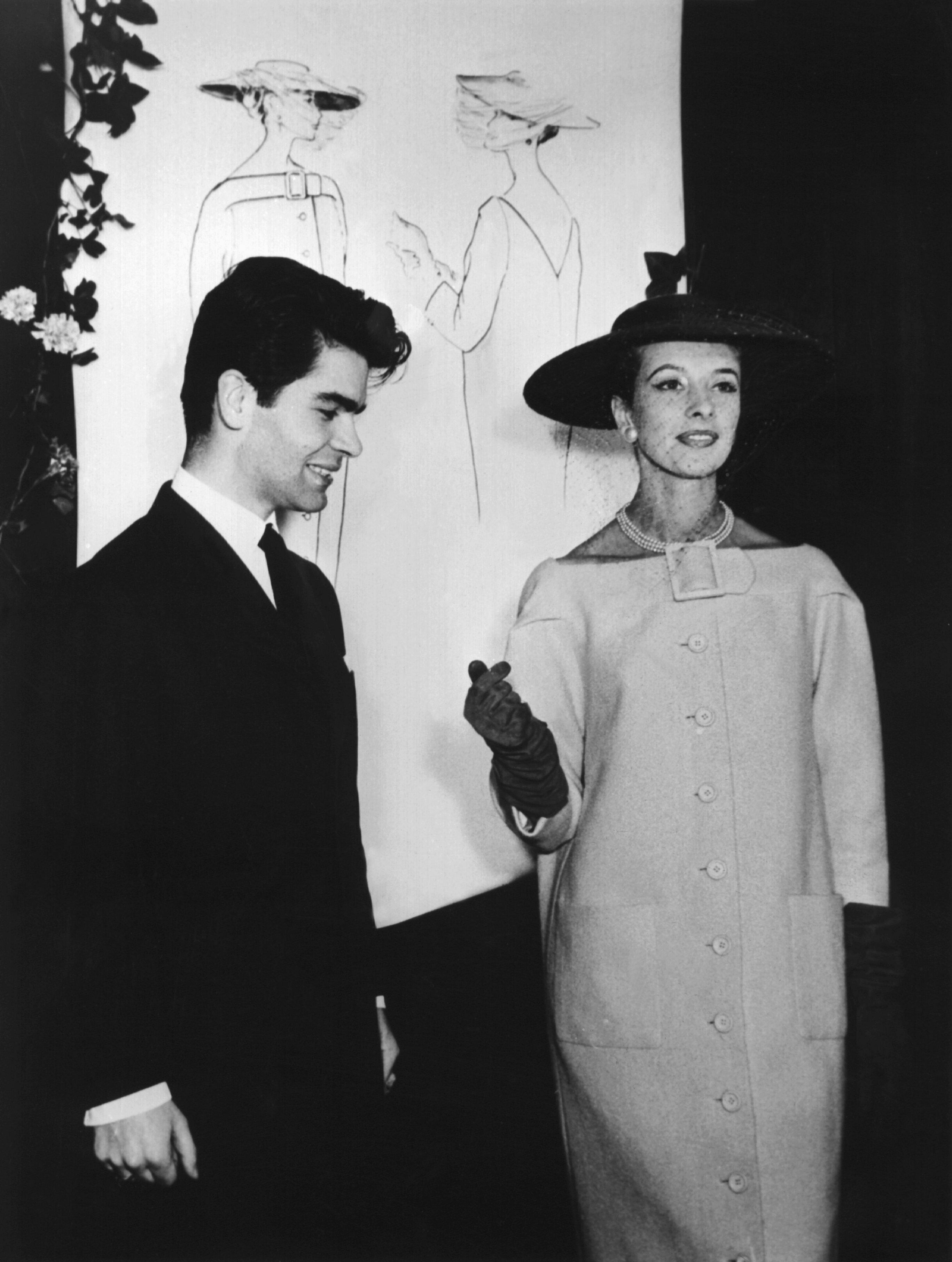 Lagerfeld junto a una modelo en un evento celebrado el 30 de noviembre de 1953. (AP)