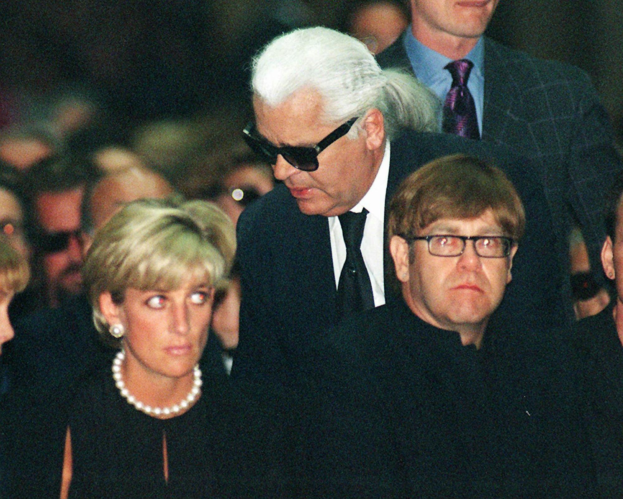 Lagerfeld a su llegada al velatorio del diseñador Gianni Versace, al que también asistieron la princesa Diana y el cantante Elton John. (AP)