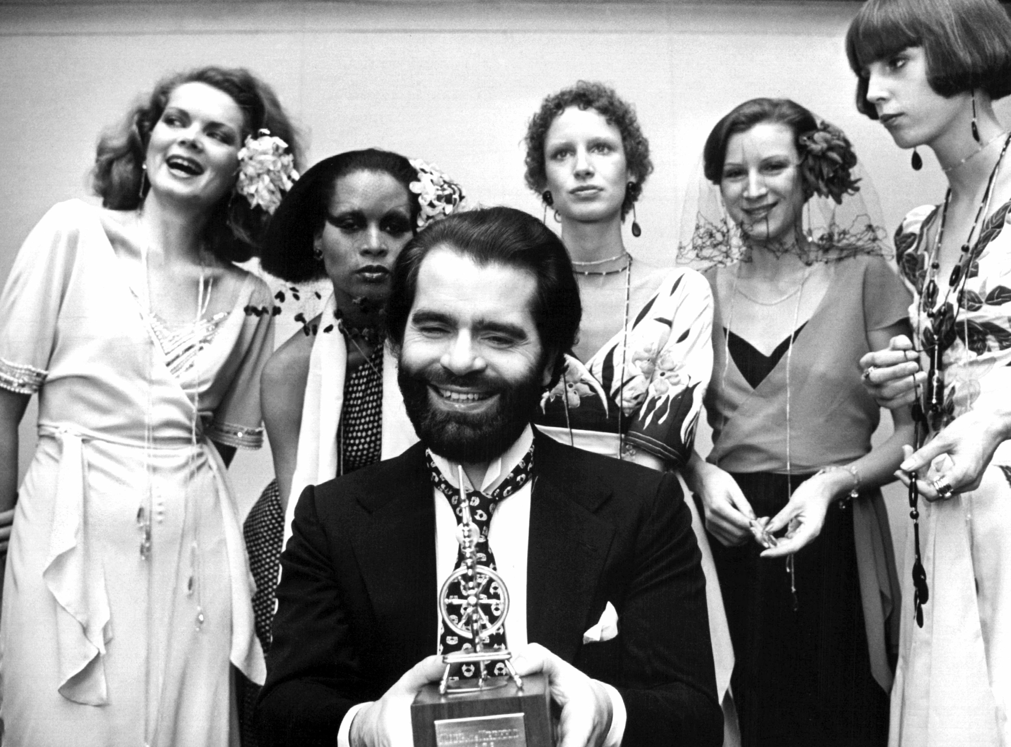 Antes de su llegada a Chanel en 1983, Lagerfeld tuvo una prolífica carrera en la industria de la moda alemana. En la foto posa junto a un grupo de modelos luego de un desfile en la ciudad alemana de Krefeld. (AP)