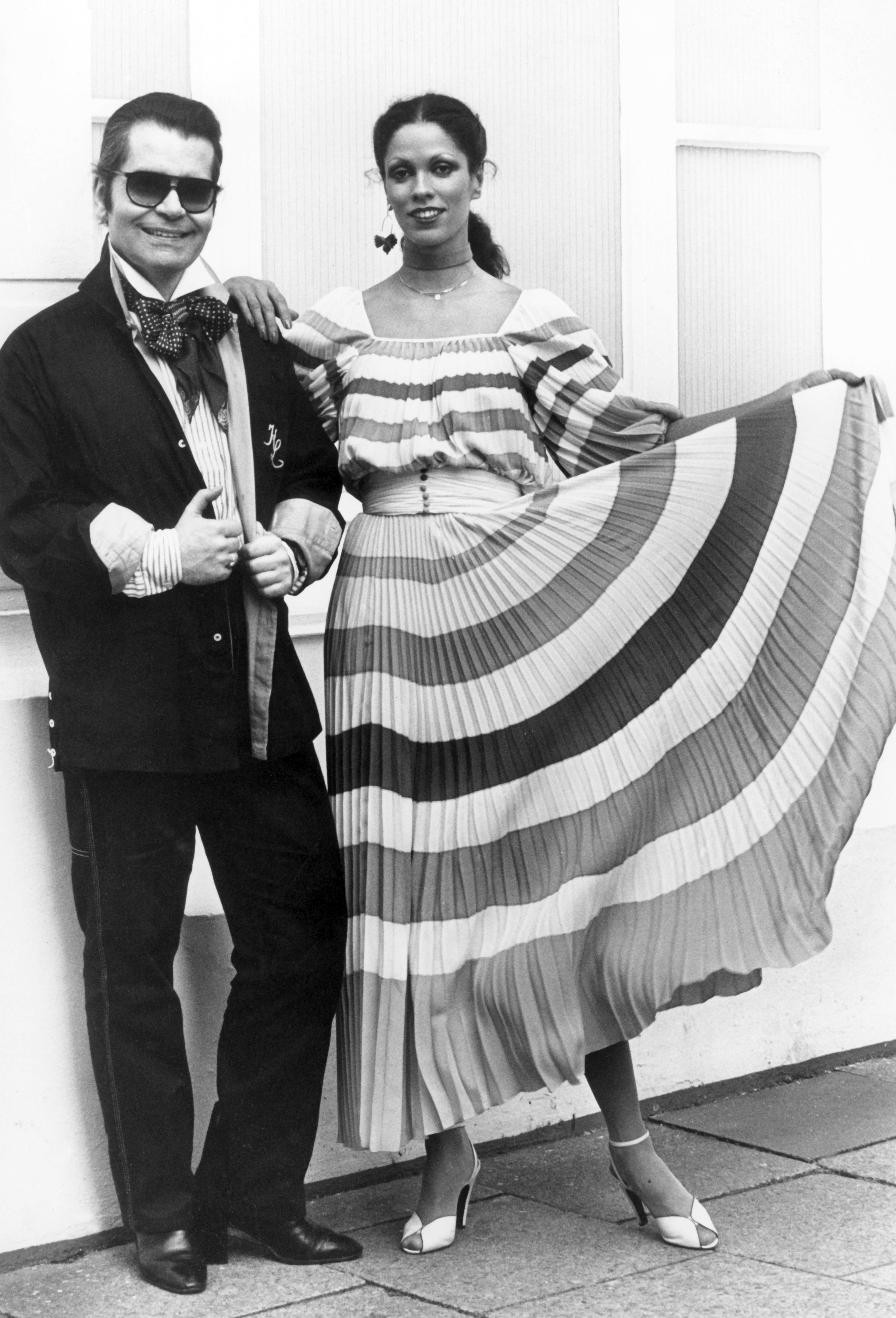 Las gafas y la cola de cabello fueron sellos distintivos de su estilo durante casi toda su carrera. Esta foto de archivo data del 2 de mayo de 1977, en su natal Alemania. (AP)