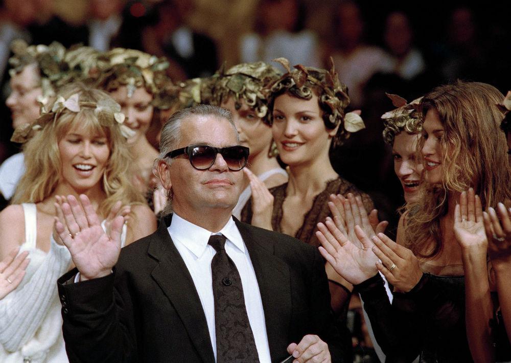 Lagerfel saluda al público del desfile de alta costura celebrado en París el 20 de julio de 1993. (AP)