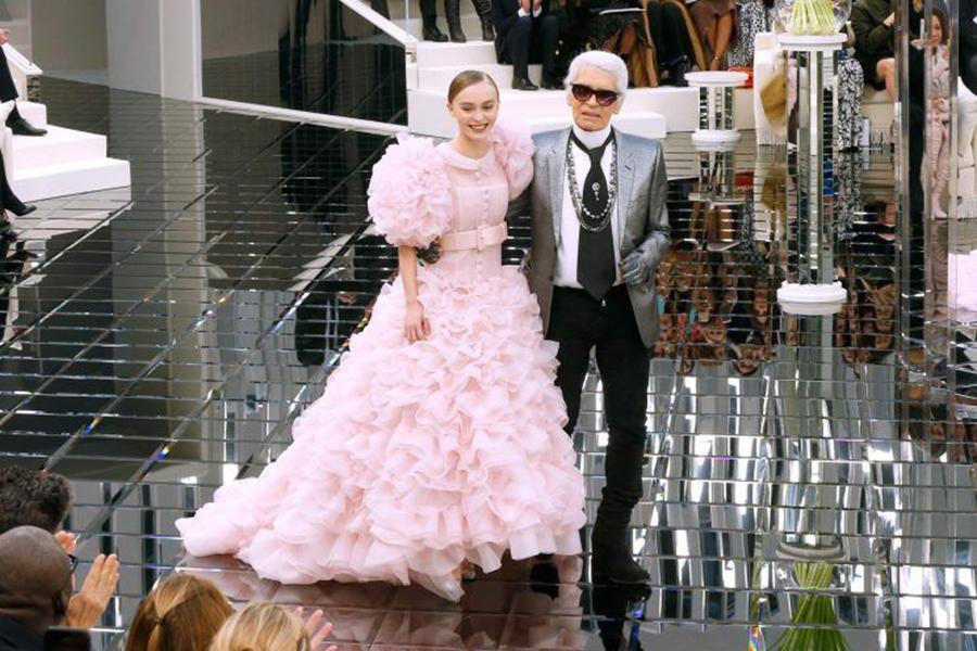 Vestidas de rosa, en tonos metálicos, con capas, larguísimas colas, con cortes muy arquitectónicos cuajados de pedrería de color dorado y penacho de plumas. (Foto: Servicios combinados)