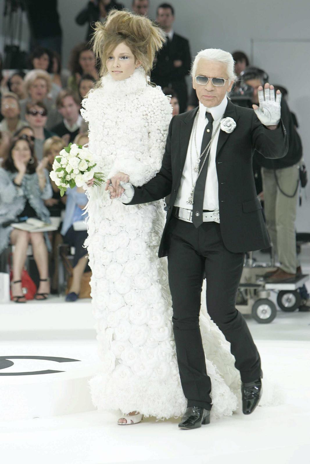 El káiser nunca dejaba que una de sus novias desfilara sola. Al concluir cada desfile de Chanel marchaba junto a ella, con paso acompasado, como todo un caballero, tomándola suavemente de la mano. (Foto: EFE)