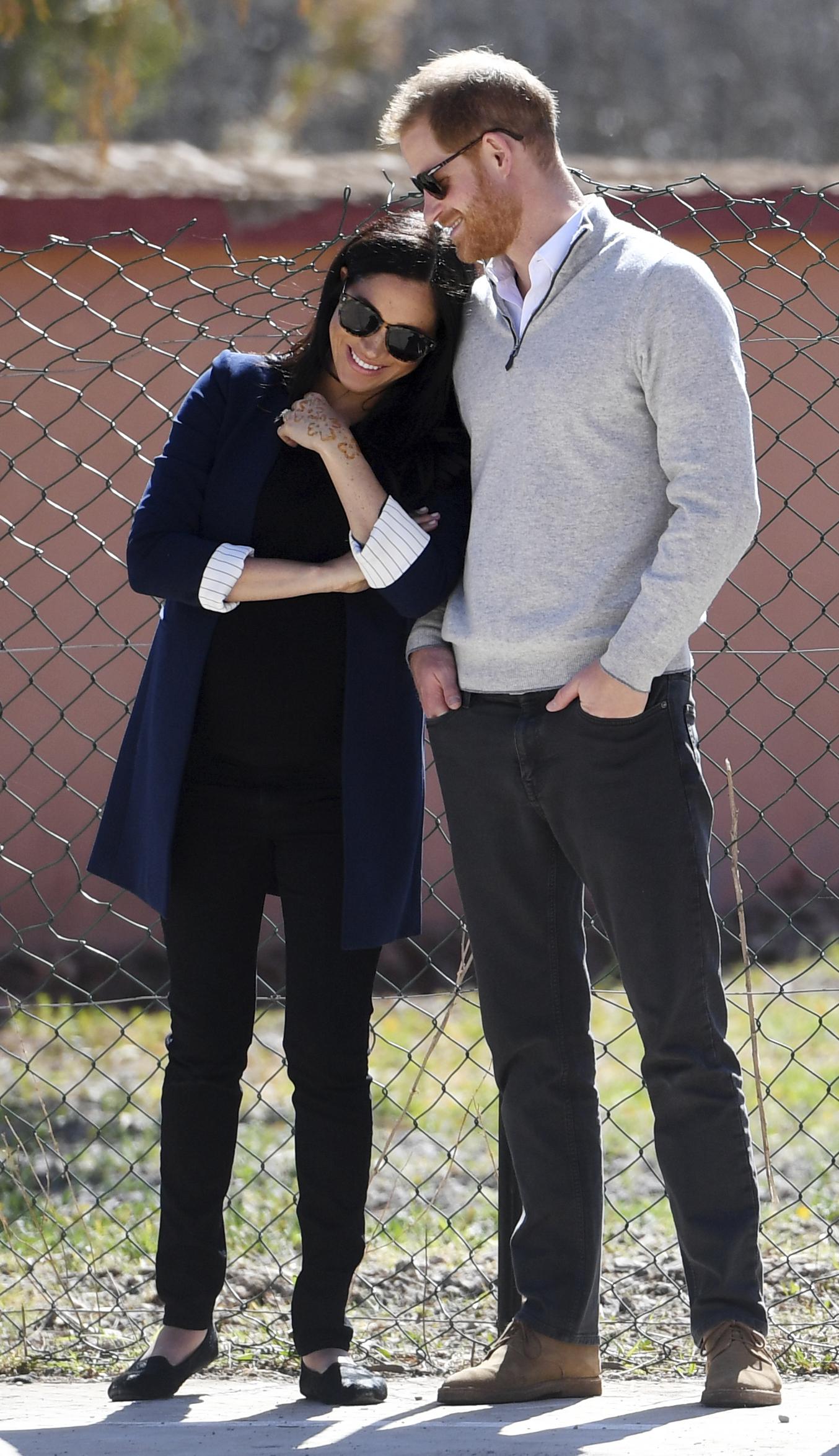 """Para la visita a una escuela en la cordillera del Atlas en Marruecos, la duquesa se cubrió del frío con una chaqueta azul marino que combinó con camisa, pantalón y zapatos """"flat"""" negros. (AP)"""