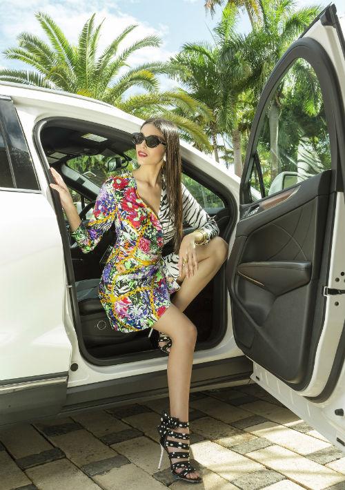 Traje en estampado floral y animal print RIXO, gafas y zapatos de Olivia Boutique. (Foto: Rosario Fernández Esteve)