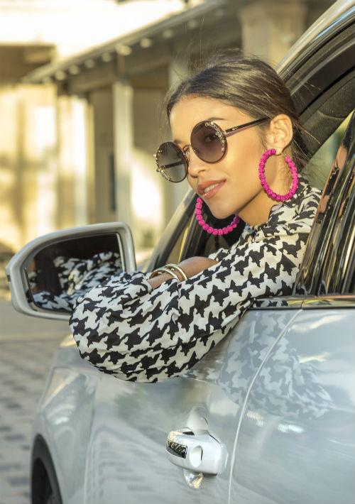 """Blusa en estampado """"houndstooth"""", pantallas fucsia de Olivia Boutique y gafas de Jimmy Choo. (Foto: Rosario Fernández Esteve)"""