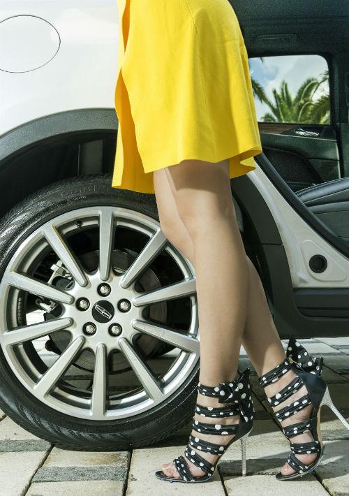 Zapatos en polka dots Malone Soulier y traje amarillo de Olivia Boutique. (Foto: Rosario Fernández Esteve)