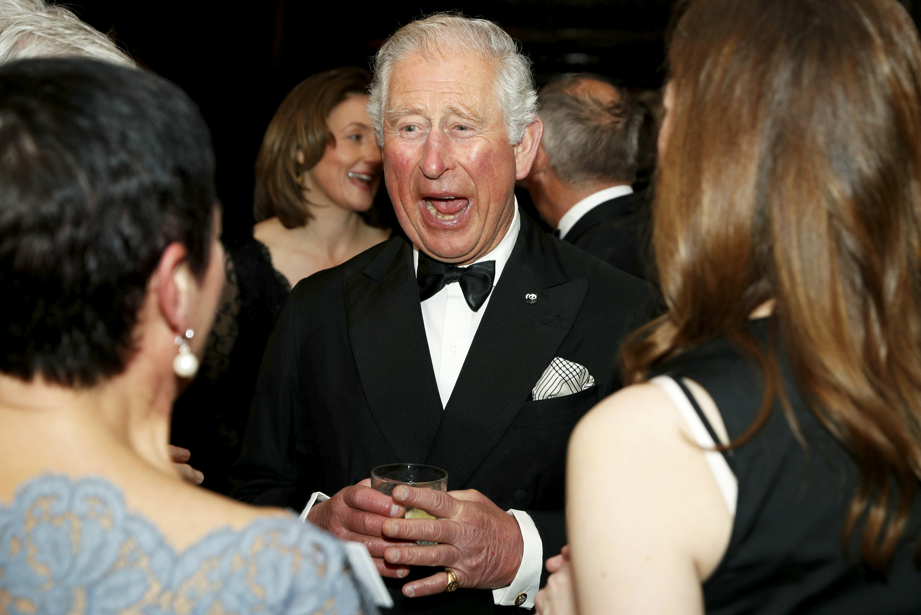 El documental será estrenado el viernes. En la foto: el príncipe Charles disfruta de la velada. (AP)