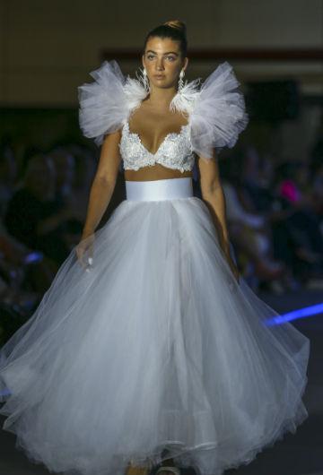 """El """"bustier"""" ornamentado combinado con falda larga en tul le dio un aire noventoso chic a la propuesta.(David Villafañe)"""