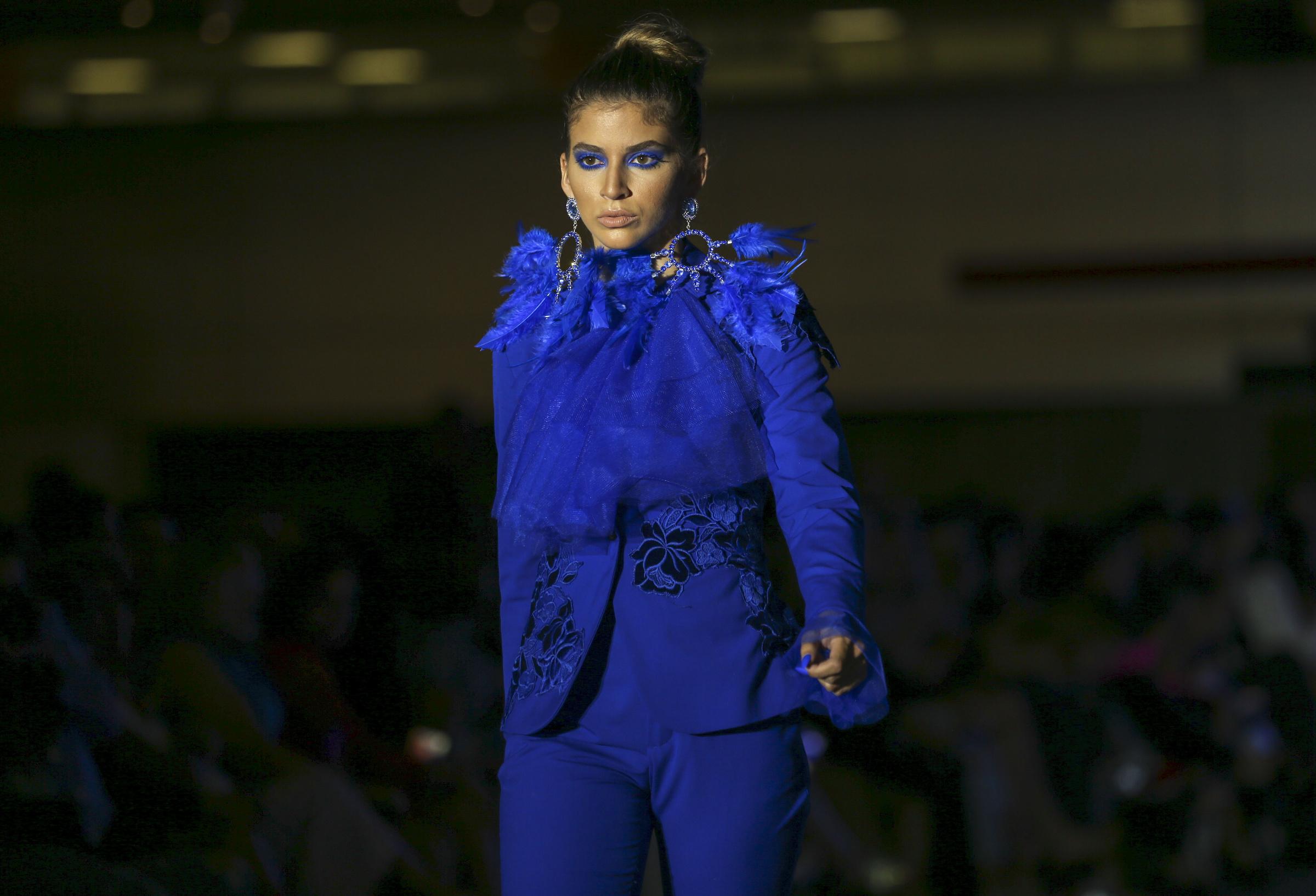Los accesorios grandes y llamativos confeccionados por Harold Cabrera Ruiz se complementaron con las prendas de vestir propuestas por Luis Antonio. (David Villafañe)