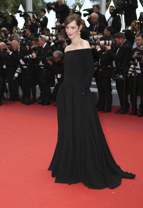 Louise Bourgoin posa con un sobrio vestido negro de Valentino en la alfombra roja de Cannes.(Photo by Joel C Ryan/Invision/AP)