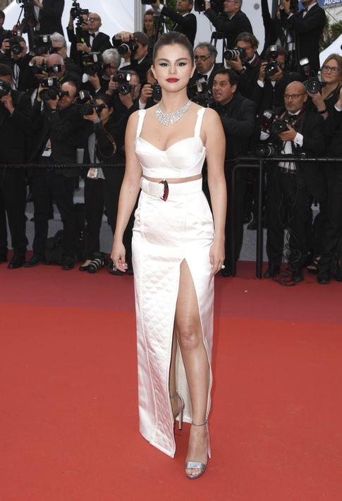 Selena Gómez lució juvenil con un crop top y falda de raso con abertura de Louis Vuitton. (Photo by Arthur Mola/Invision/AP)