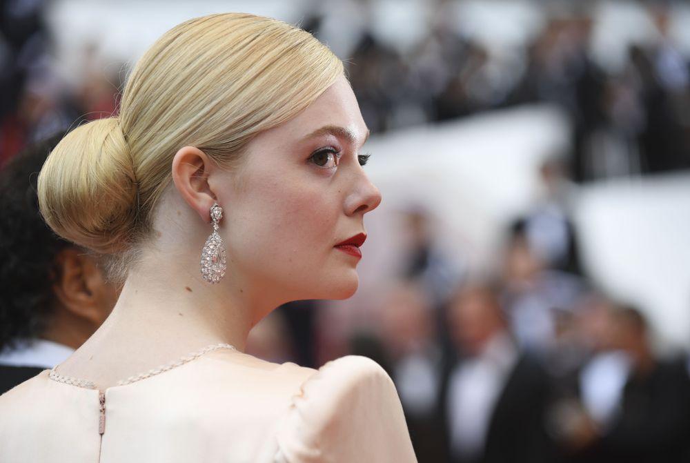 Elle Fanning completó su look con unos impresionantes pendientes de brillantes de Chopard. (Photo by Arthur Mola/Invision/AP)