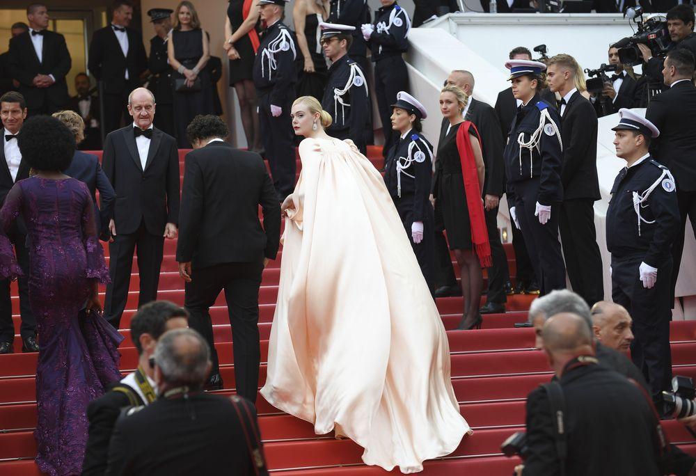 La miembro más joven del jurado, Elle Fanning, en la noche de apertura de Cannes con la presentación del filme  'The Dead Don't Die', con un vestido satinado de Gucci con una flor marcando la cintura a modo de cinturón. (Photo by Arthur Mola/Invision/AP)
