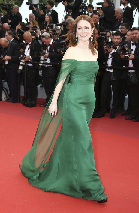 """Julianne Moore lució un vestido """"strapless"""" de organza color esmeralda de Dior. (Photo by Joel C Ryan/Invision/AP)"""