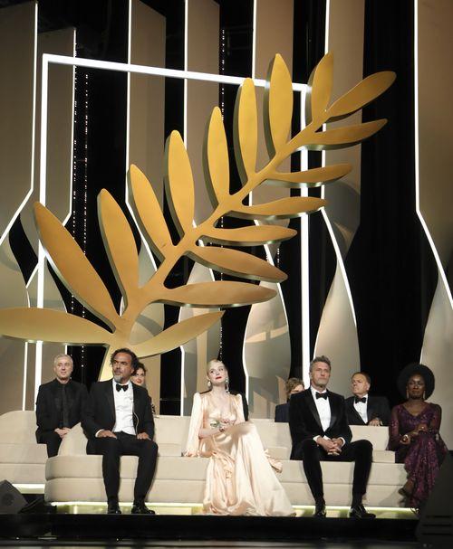 Desde la izquierda, Robin Campillo, Alice Rohrwacher, Kelly Reichardt, Enki BilalAlejandro González Iñárritu, Elle Fanning, Pawel Pawlikowski y Maimouna N'Diaye durante la noche de inauguración del festival. (Photo by Vianney Le Caer/Invision/AP)