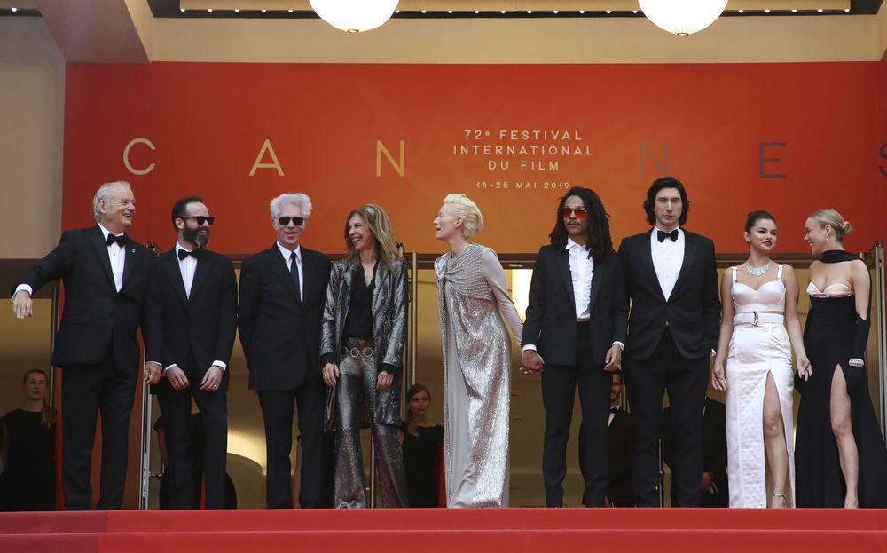 Los actores Chloe Sevigny, Selena Gómez, Adam Driver, Luka Sabbat, Tilda Swinton, Sara Driver, Jim Jarmusch, y Bill Murray, en la ceremonia inaugural de Cannes. (Photo by Vianney Le Caer/Invision/AP)