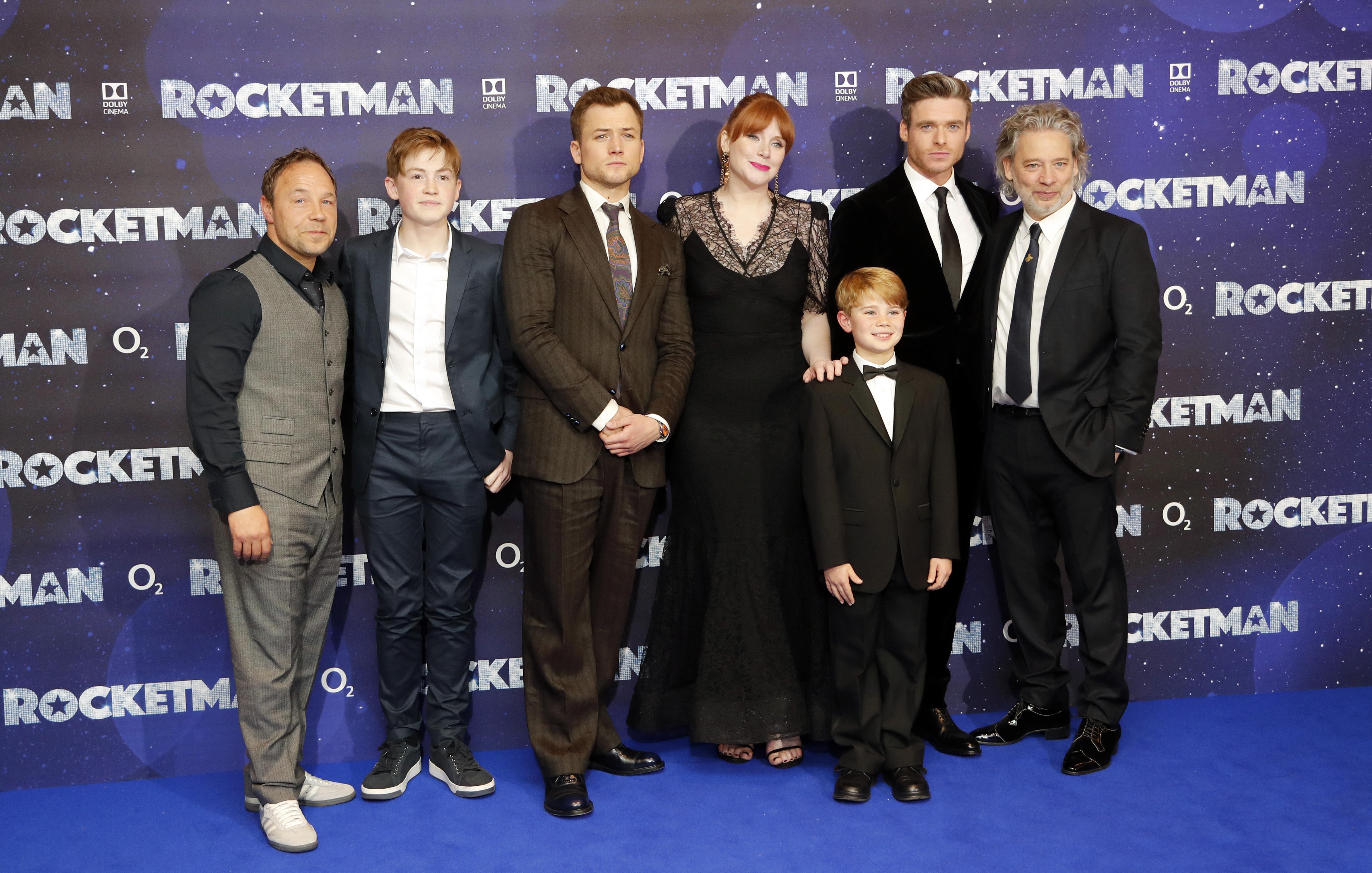 El director, Director Dexter Fletcher, posa junto al elenco de Rocketman en el Odeon Luxe de Londres, la noche de estreno. (AP Photo/Frank Augstein)