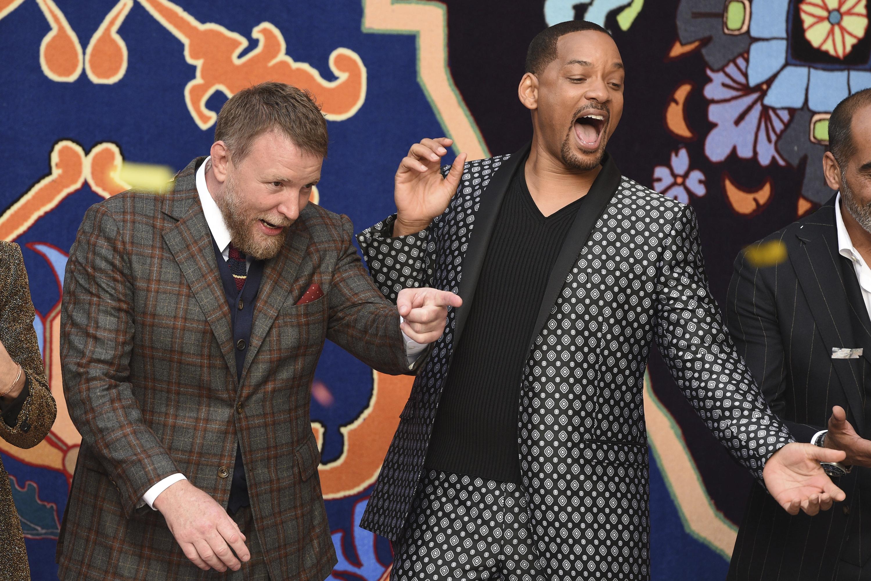 """El director Guy Ritchie, con Will Smith, disfrutando de las reacciones del público durante la premier de """"Aladdin"""". (Photo by Chris Pizzello/Invision/AP)"""