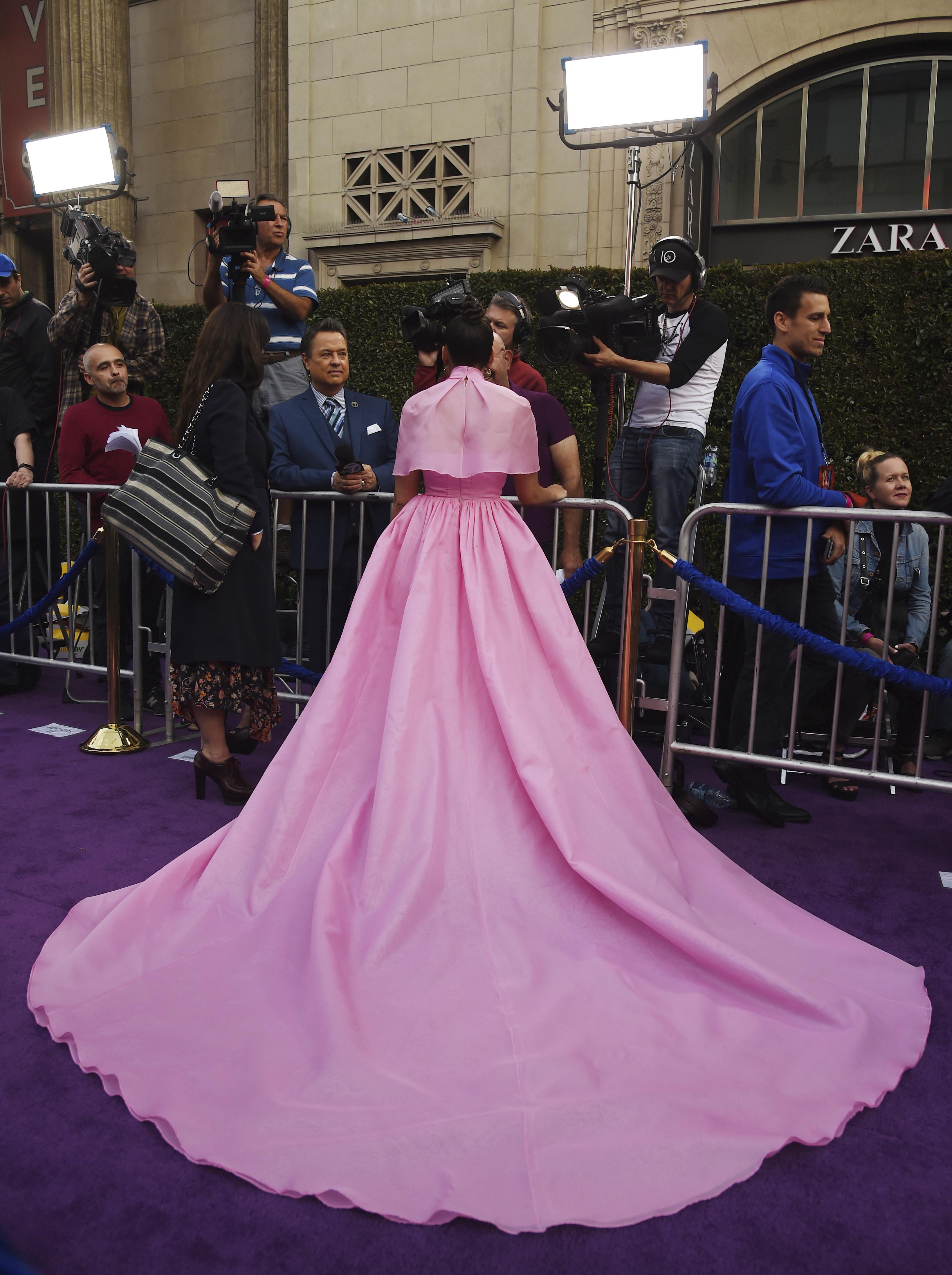 Naomi Scott en el photocall de 'Aladdín' con un espectacular vestido maxi falda digno de princesa de Disney y moño de bailarina. (Photo by Chris Pizzello/Invision/AP)