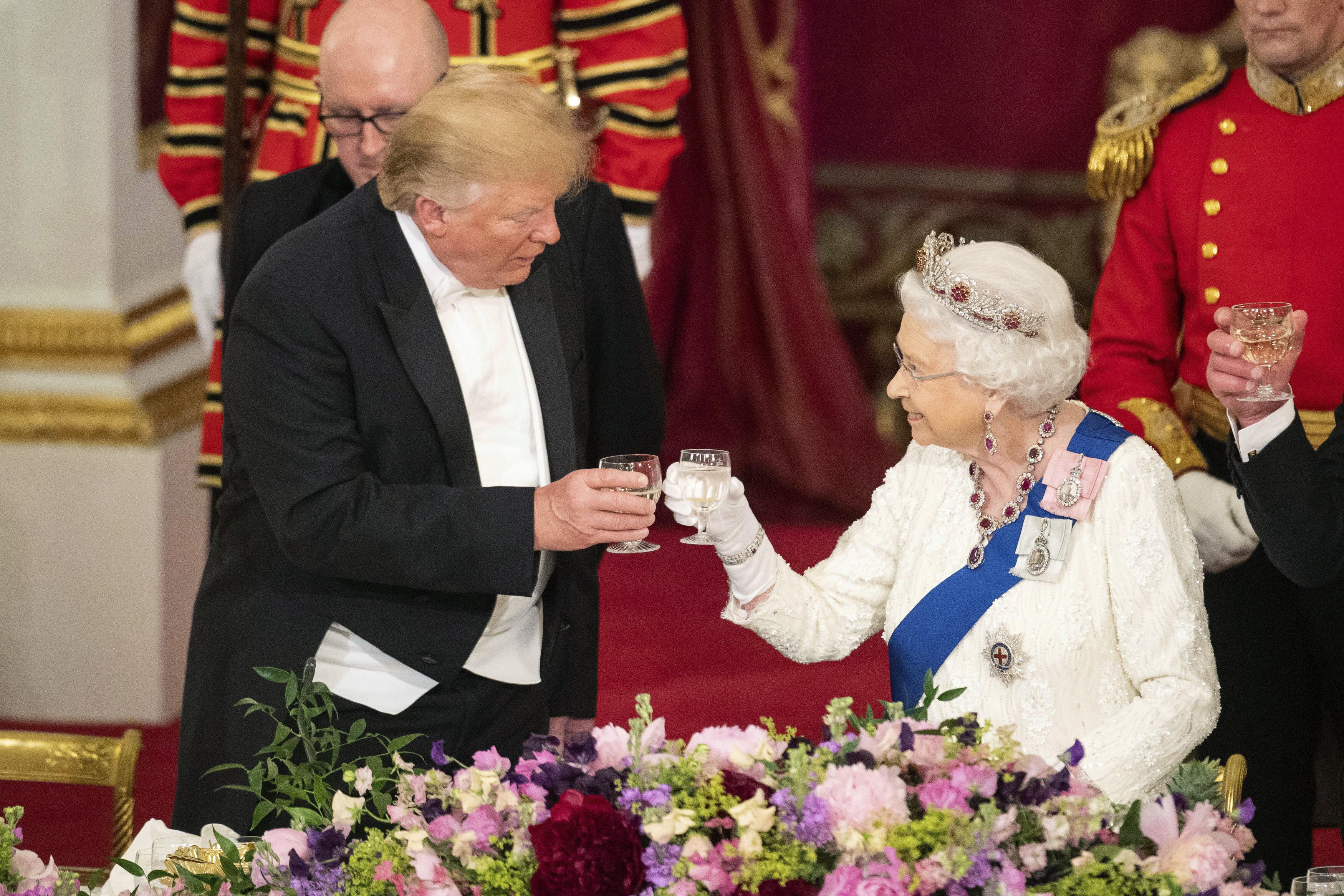 El presidente estadounidense, Donald Trump, brinda con la reina británica durante una cena de estado en el palacio de Buckingham en junio de 2019. (Archivo)