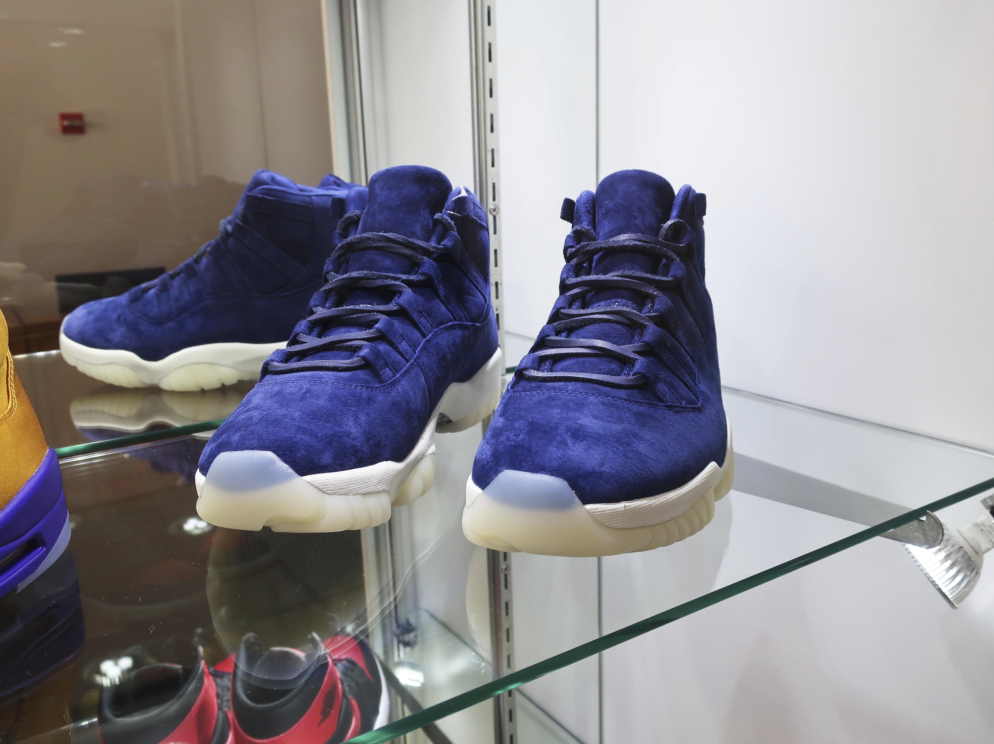 La subasta también incluye un par de zapatos Nike Air Jordan II de gamuza azul hechos en 2014 para conmemorar el retiro del ícono de los Yankees de Nueva York, Derek Jeter. (AP)