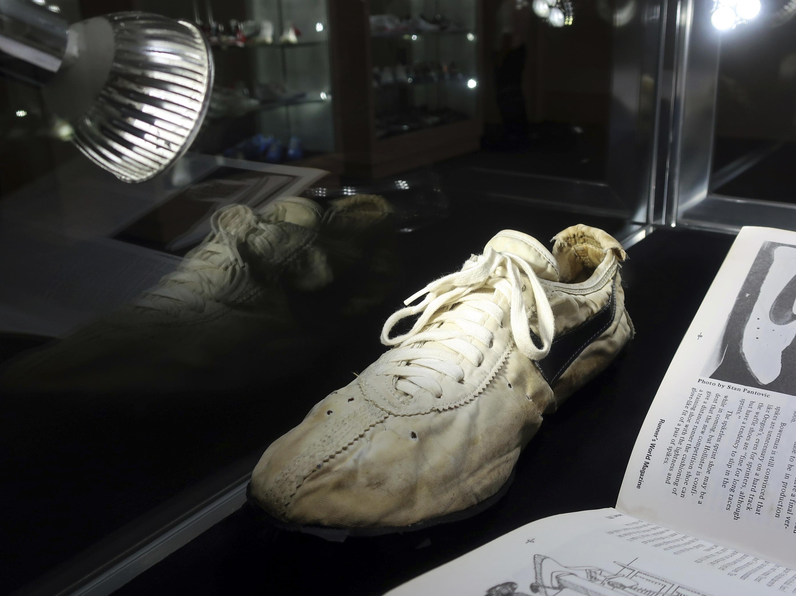 """Solo se fabricaron 12 pares del """"Moon Shoe"""" y se espera que uno de ellos sea subastado por $160,000. (AP)"""