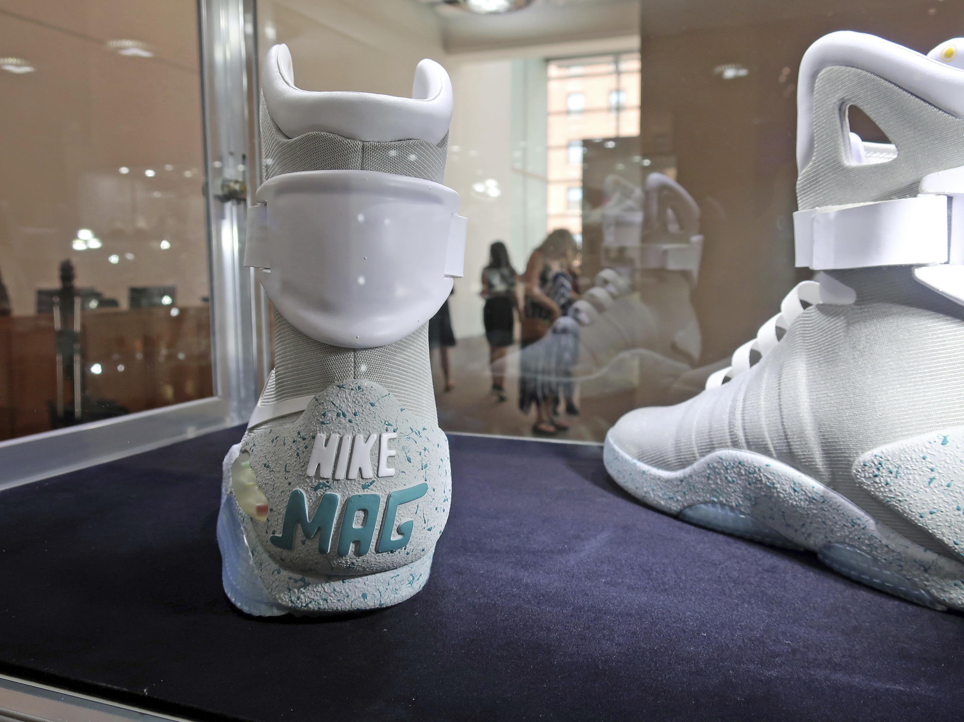 """El """"Nike Mag Back to the Future"""" es uno de dos modelos inspirados en el filme """"Back to the Future"""". Fueron creados en 2016 para recaudar fondos para la investigación del Parkinson, enfermedad que padece Michael J. Fox, protagonista de la saga. (AP)"""