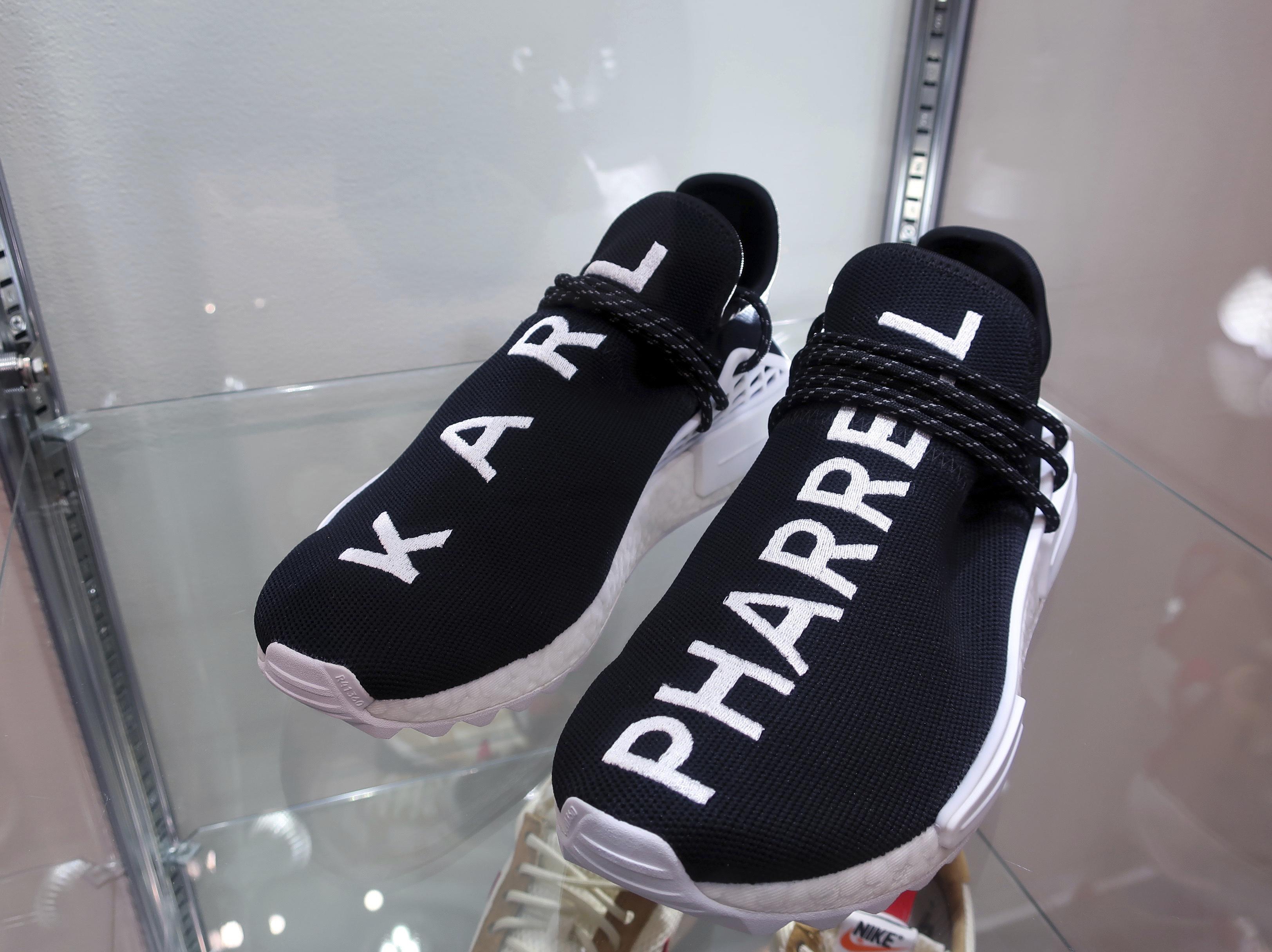 Este par de tenis que fueron diseñados por Karl Lagerfeld en 2017 podrá subastarse por una cantidad entre $35,000 y $50,000 (AP)