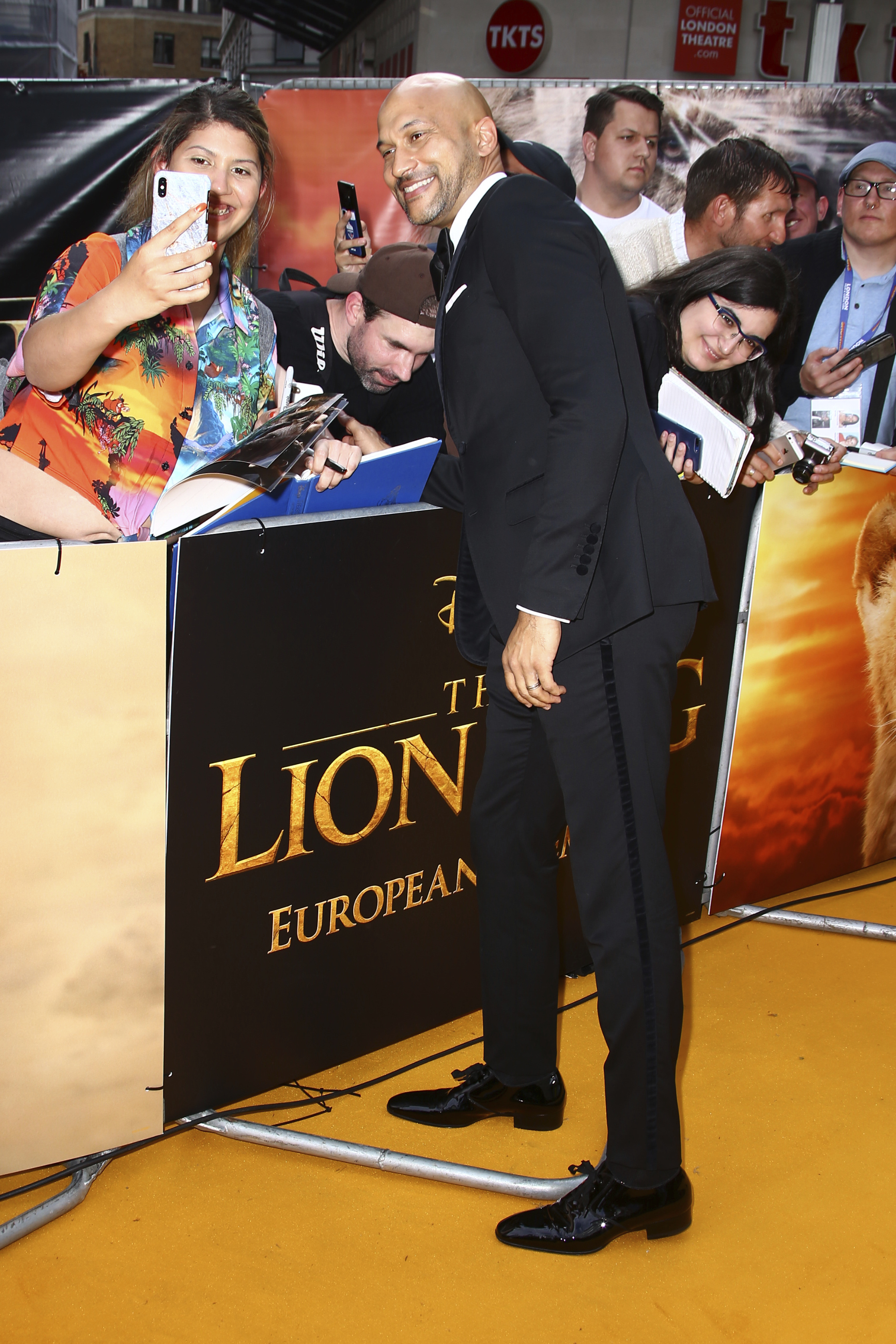 "Michael Key posa para los fanáticos en la alfombra amarilla de ""The Lion King"". (Photo by Joel C Ryan/Invision/AP)"