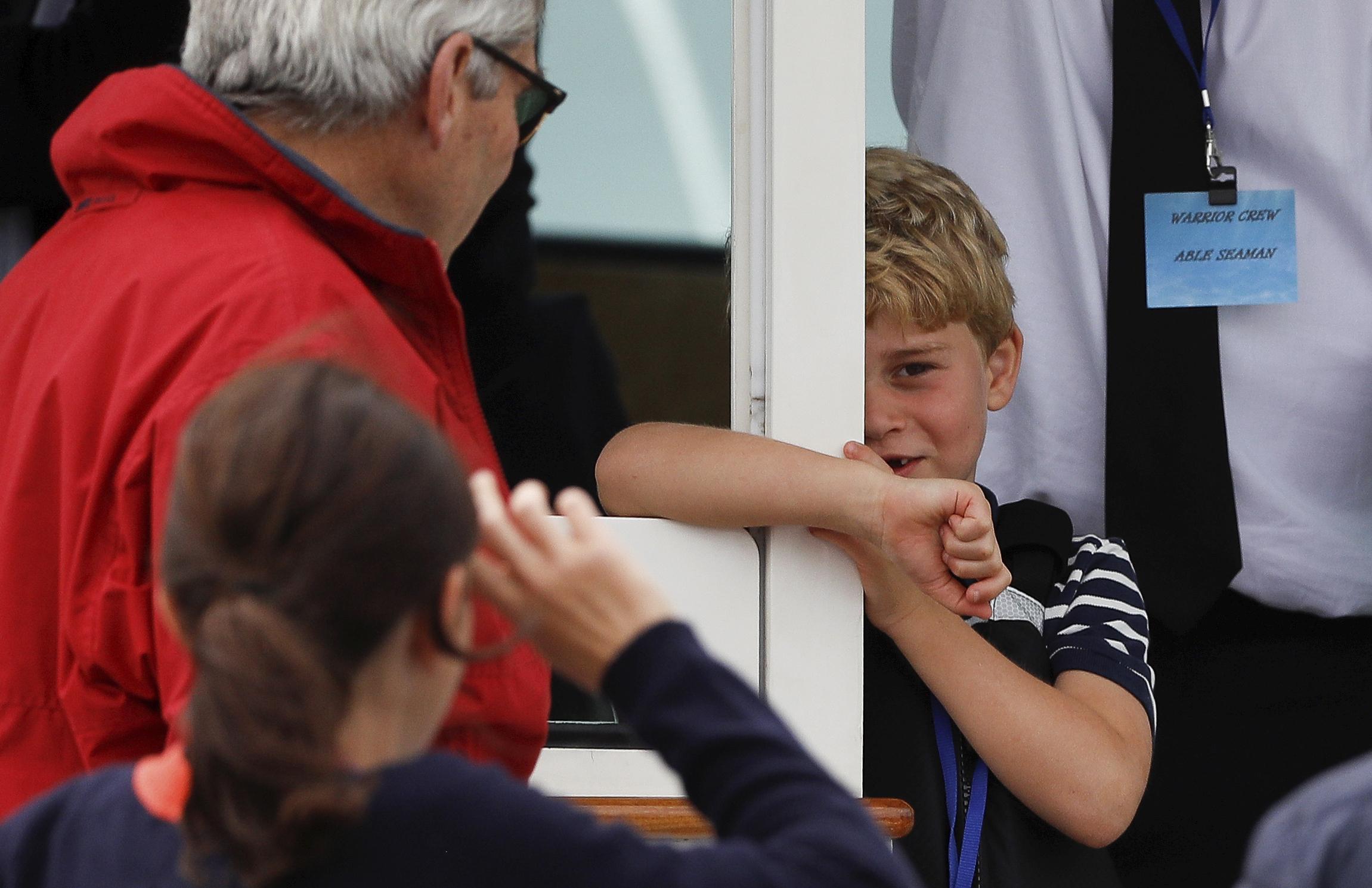 El príncipe George se mantuvo atento a la competencia de sus padres. (AP)