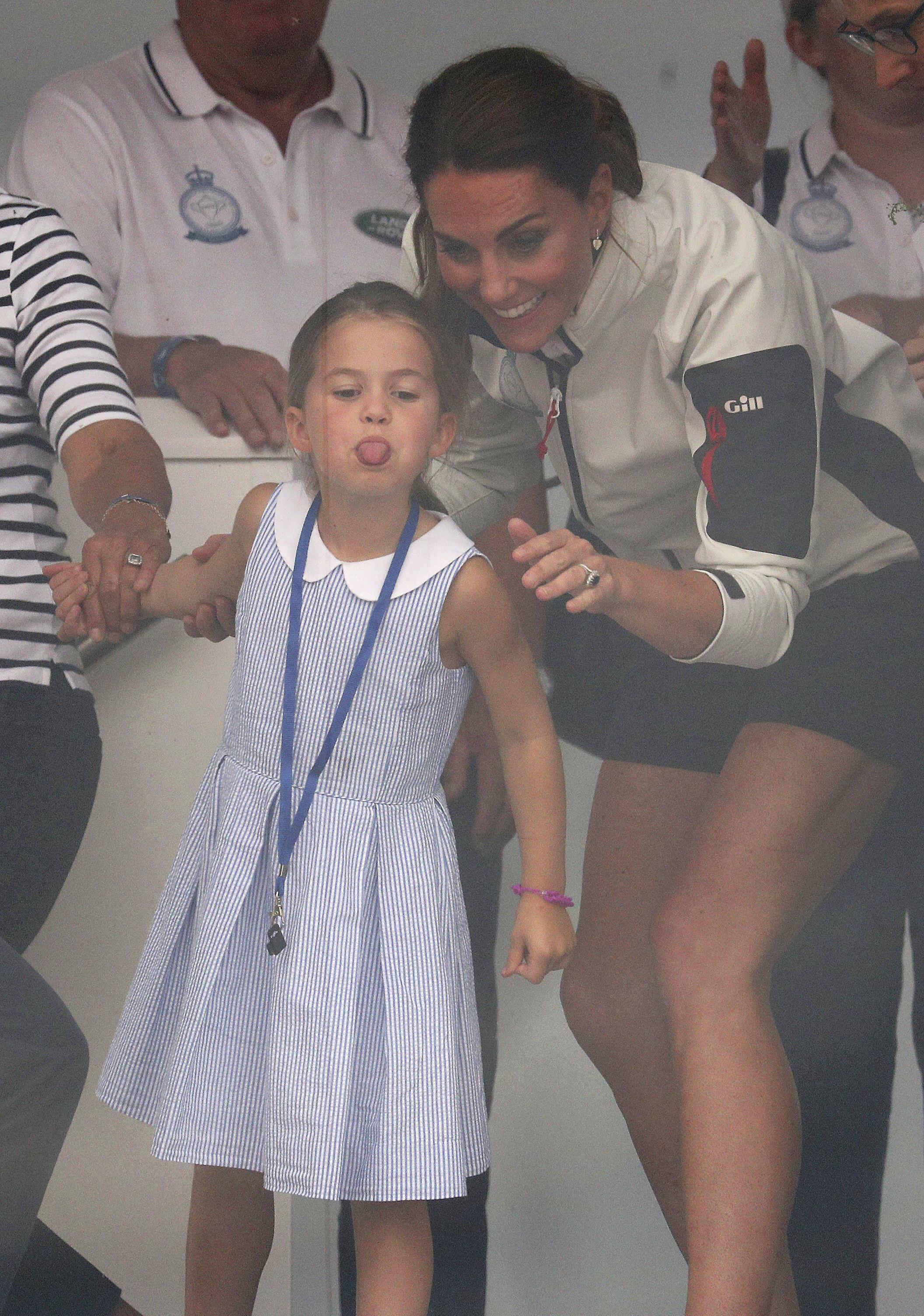 Con su coquetería y actitud divertida, la princesa Charlotte llamó la atención de la prensa y de los asistentes a la regata. (AP)